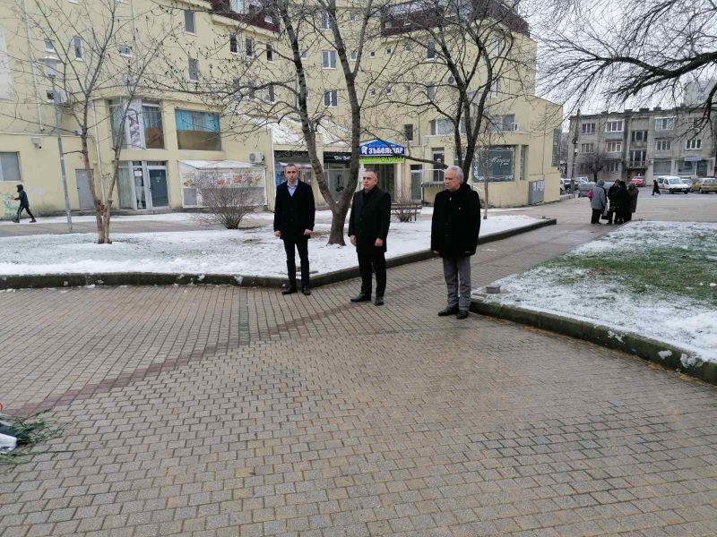 Цветя поднесоха кметът Стефан Радев и преседателят на общинския съвет Димитър Митев
