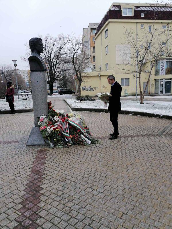 Цветя от името на областния управител Ч.Божурски поднесе заместникът му К. Костов
