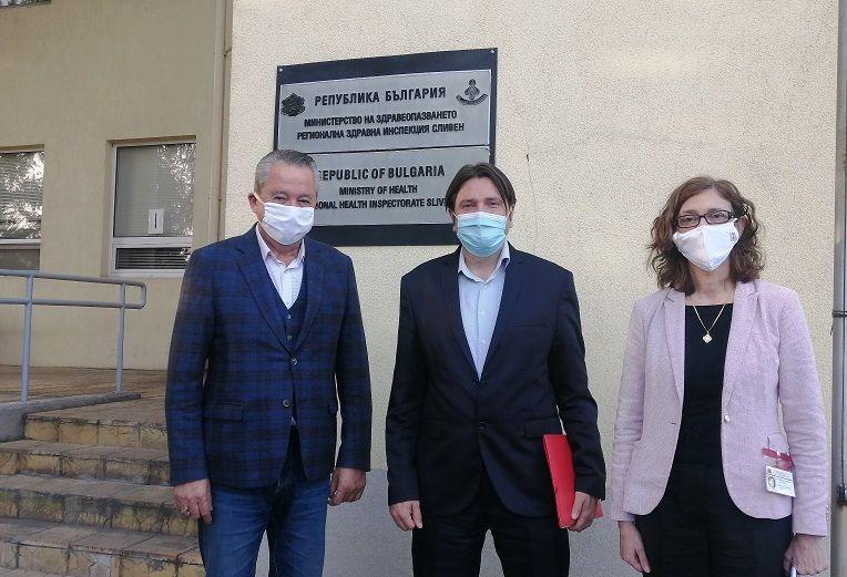 Зам.министър Григоров, областният управител Божурски и директорът на РЗИ д-р Балулова след срещата в Сливен.