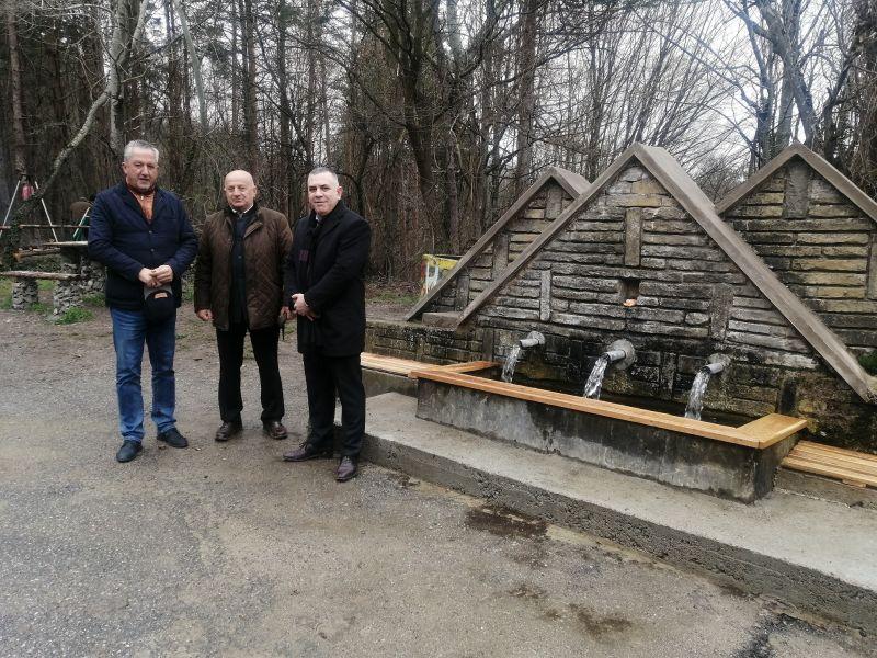 Областният управител Божурски, кметът Радев и директорът на ДГС Димов пред обновената чешма