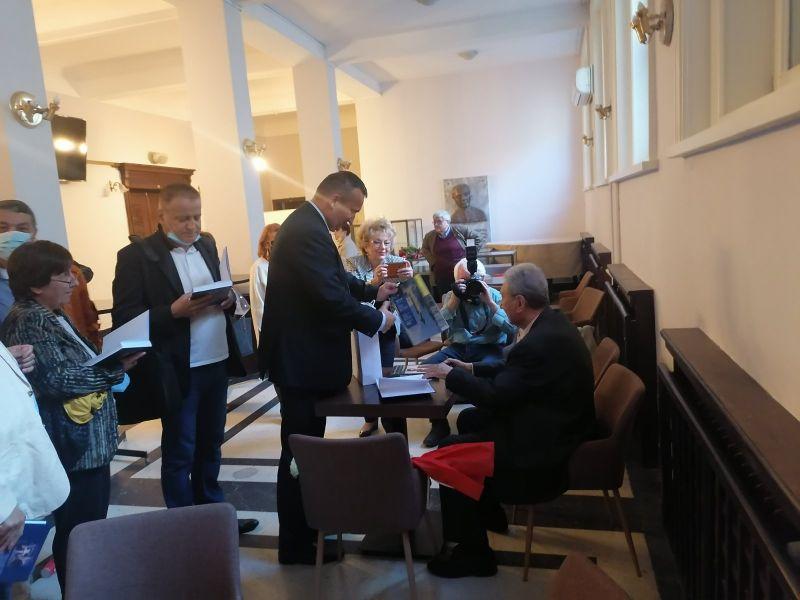 Георги Йорданов получи подарък от областния управител Минчо Афузов - албум със снимки от Сливен