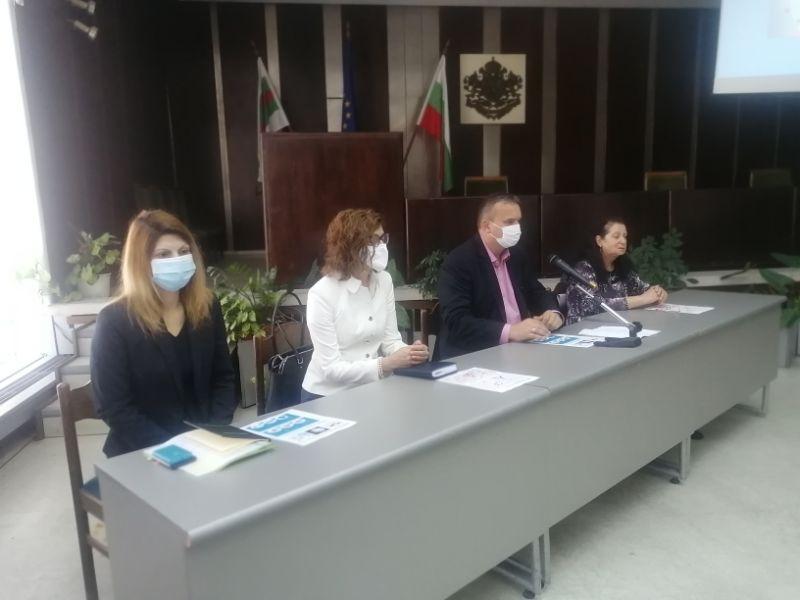 Областният управител Афузов, директора на РЗИ д-р Балулова, зам.областният управител Петкова и зам.кметът Чиликова разговаряха с участниците в срещата.