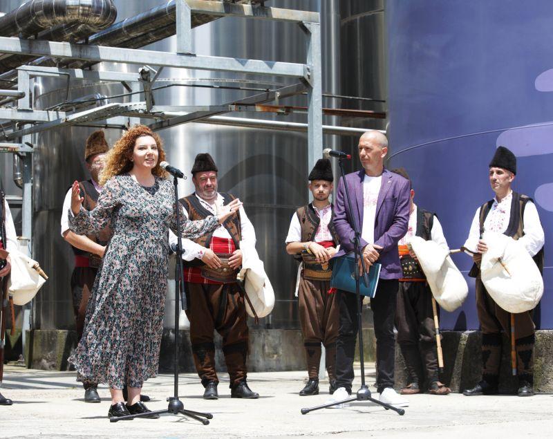 Елина Спасова от компанията представя Насимо