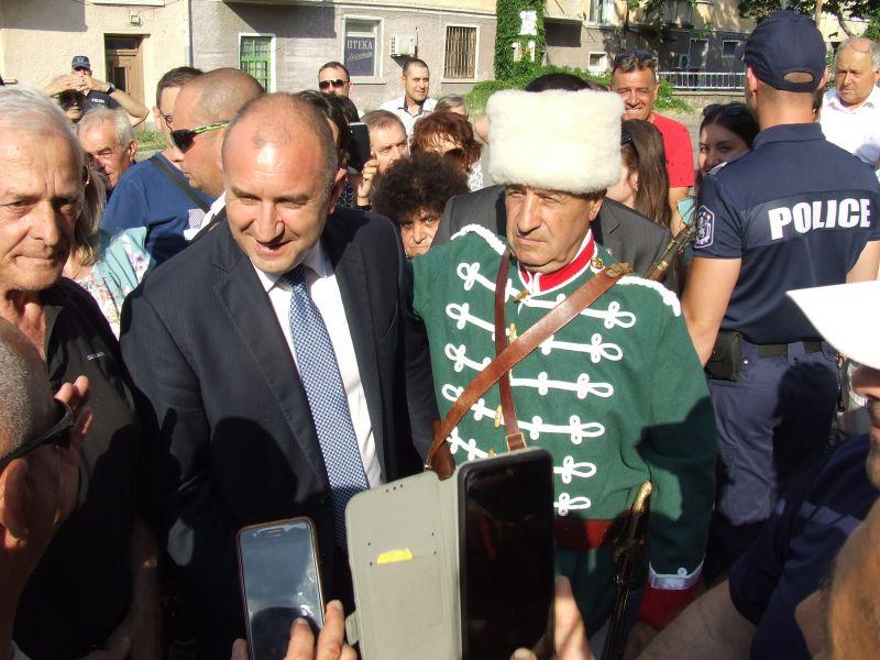 След посещението на музея президентът разговаря с граждани и членове на РК 'Х.Димитър'