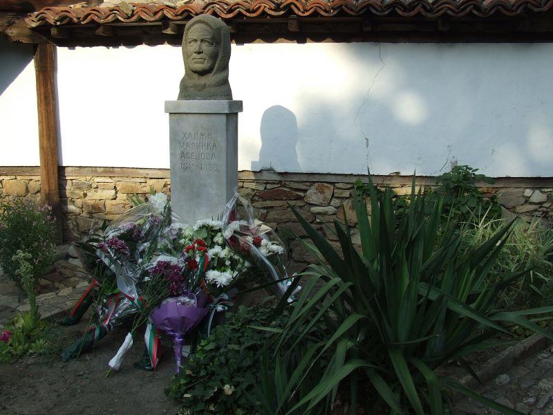 Цветя в знак на почит бяха поднесени пред паметника на МЗаринка Асенова, майка на воеводата