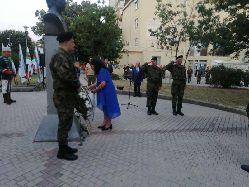 От името на областния управител венец бе поднесен от заместничката му Д. Петкова