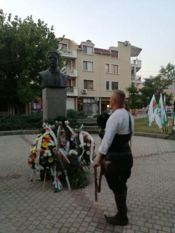 Паметникът на Левски бе отрупан с цветя