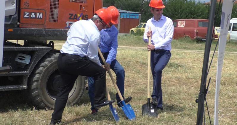 Управителят на 'В и К - Сливен' инж.Рашев, зам.областният управител Андонов и зам.кметът Костов направиха символичната първа копка