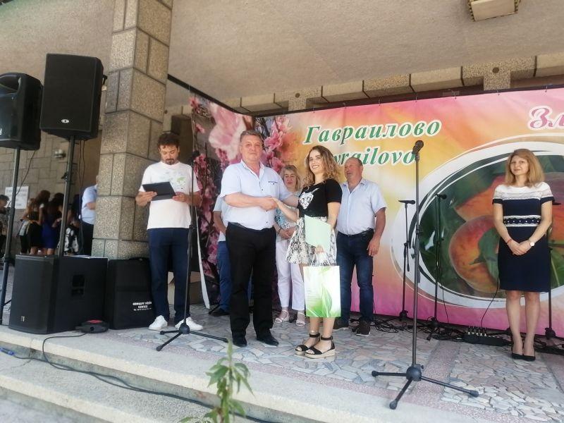 Зам.областният управител Антоний Андонов връчи отличието на Стилина Славова, заела второто място