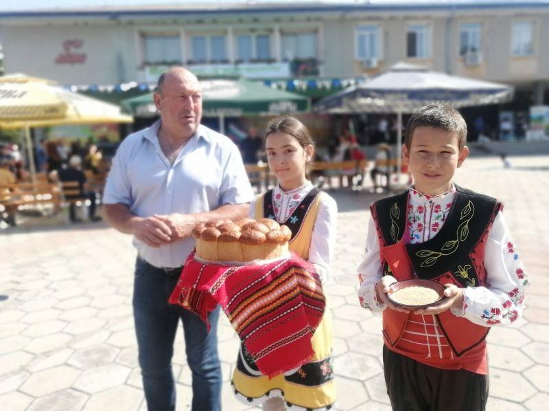 Кметът на Гавраилово Димитър Андреев посрещна с хляб и сол гостите на празника