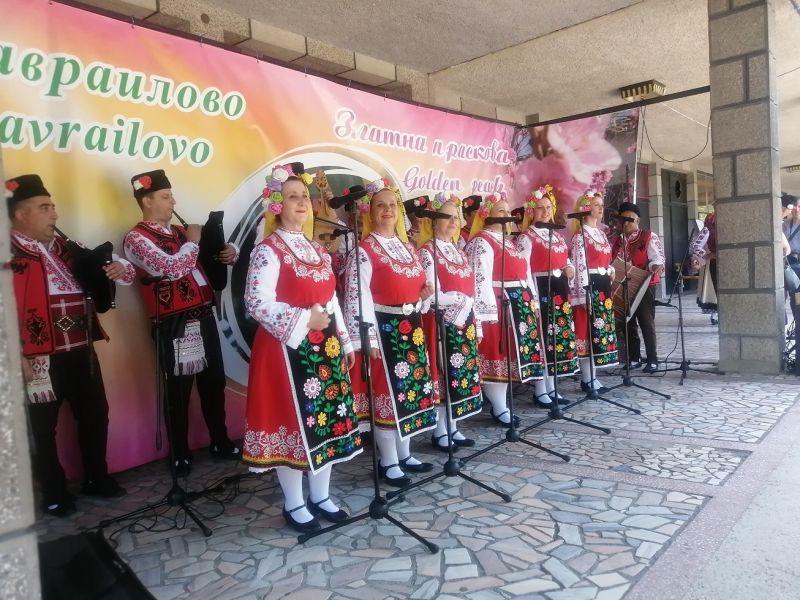 Ансамбълът за народни песни и танци - Сливен поздрави участниците в празника