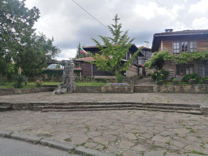 Медвен, паметникът на Захарий Стоянов.
