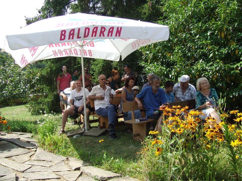 Част от присъстващите граждани на четенията, сред тях - и учители от бившето училище в Медвен