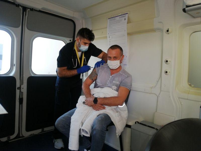 Д-р Попов поставя ваксина на първия пациент в мобилния кабинет
