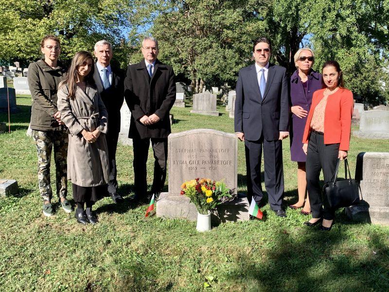 Посланик Т. Стойчев и служители на посолството във Вашингтон поднесоха цветя на гроба на Стефан Панаретов