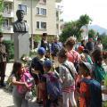 цветя на паметника от ученици и граждани