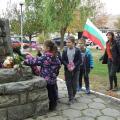 Цветя на паметника и от децата