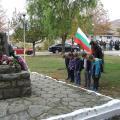 Цветя на паметника и от децата - 2