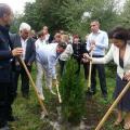 Цветан Цветанов и представители на ГЕРБ засадиха 40 дръвчета в двора на училището в кв. Речица в Сливен