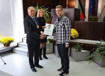 """Възпитаници на  ГПЗЕ """"Захарий Стоянов"""" с грамоти за празника на Сливен"""