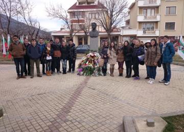 """Учениците от ГПЗЕ """"Захарий Стоянов"""" отбелязаха 142 години от обесването на Апостола"""