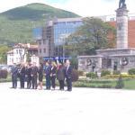 поднасяне на цветя пред паметника
