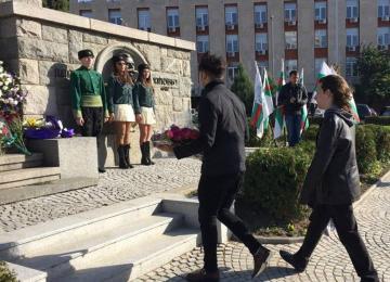 Поднасяне на цветя по случай Деня на народните будители