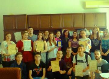 Участниците в състезанието със наградите си