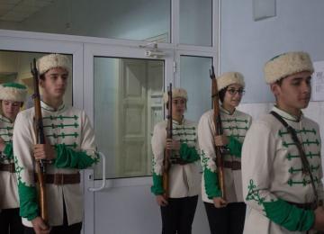 Ученици от ПГПЗЕ на почетен караул пред паметника на Васил Левски