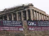 """""""Не на споразумението Ципрас - Заев"""" пише на голям плакат, разпънат от активисти на гръцката компартия на Акропола, докато в парламента в Атина обсъждат Преспанското споразумение. Снимка: БТА"""