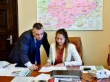 """Маргарита Стоянова от ППМГ """"Добри Чинтулов"""" седна на кметския стол и беше посрещната от кмета Стефан Радев"""
