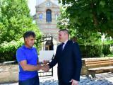 Заместник-кметът Румен Иванов връчи поздравителен адрес на кмета на селото Димо Станков от името на кмета на Сливен Стефан Радев