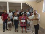 Новите членове със сертификатите за членство в КЕР /Клуба за ефективно родителство/