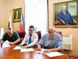 Споразумението  подписаха  Стефан Радев, Тодор Иванов и  Божидар Кисьов