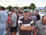 Хора, които отглеждат домашни прасета, и собственици на малки ферми блокираха главния път Сливен - Ямбол. Снимка: Стоян Радев