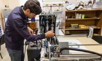 Млади учени създадоха робот художник, който ще бъде една от сензациите  на Международния технически панаир в Пловдив. Снимка: от сайта на Санкт-Петербургския държавен електротехнически университет «ЛЭТИ»