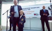 """Красимир Стоянов, управител на фирма """"Орак инженеринг"""", разработила  платформата за създаване на  образователни сайтове,  получи златния медал заедно със сина си."""