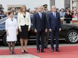 Държавният глава Румен Радев и неговата съпруга Десислава Радева бяха посрещнати с официална церемония от президента Александър Ван дер Белен и съпругата му Дорис Шмидбауер.