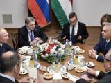 Президентът на РФ Владимир Путин и Виктор Орбан на разговорите им в Будапеща, на които присъстват и външните и енергийните министри на двете страни.