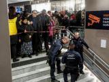 Пети ден продължава стачката срещу пенсионните реформи, която парализира транспортните услуги във Франция