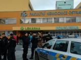 Полицаи пред болницата в Острава, където бе открита стрелбата.