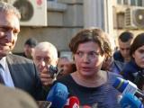 Малина Крумова и Бойко Рановски (вляво) пред Министерство на транспорта след среща с протестиращи автоинструктори.