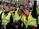 Демонстранти с жълти жилетки участват в демонстрация, свикана от Обща работна конфедерация