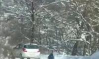Съставен е акт на водач, на лек автомобил, който тегли шейна с дете по заснежен пътен участък