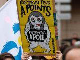 Протестиращи срещу пенсионната реформа във Франция издигат карикатурен плакат