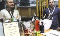 """Изложители  се радват на наградата си от първото издание на конкурса  """"Нов продукт на българския пазар"""". Отличените  храни и  напитки може да дегустират в Града на виното и деликатесите в Международен панаир Пловдив."""