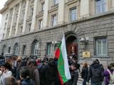 Протестиращи подкрепят сестрите отвън