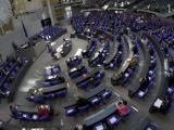 Депутатите в Бундестага са на дистанция един от друг при дебатите за спасителния пакет