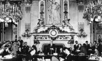 На 9 май 1950 г., на фона на Студената война, Робърт Шуман, френският министър на външните работи, издава декларация, която поставя началото на процеса на изграждане на Европейската общност.