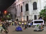 Тази сутрин кръстовището при Софийския университет е блокирано от палатки на протестиращи срещу правителството и бусове на полицията